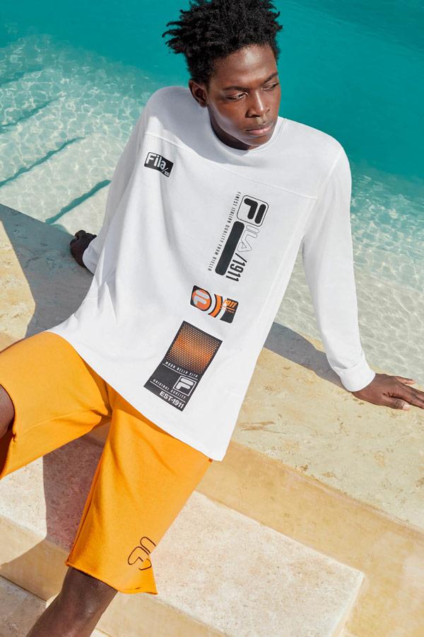 Fila — pánské bílé tričko s potiskem, s dlouhými rukávy — oranžové šortky — jaro/léto 2019 — Heritage lookbook