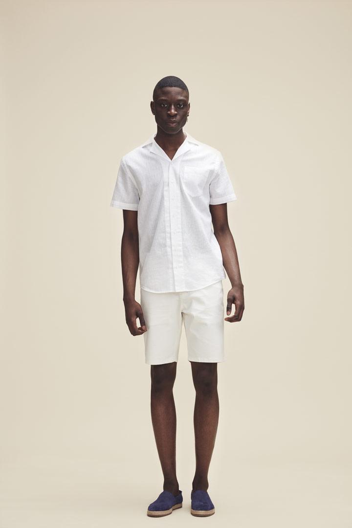 Makia — pánské bílé šortky — bílá košile — jaro/léto 2019