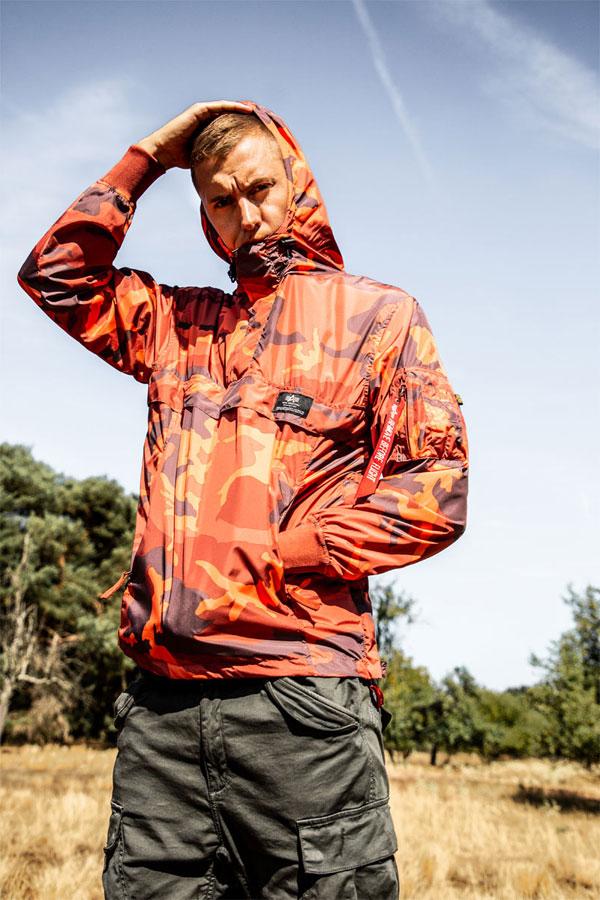 Alpha Industries — maskáčový pullover s kapucí — oranžový — pánský
