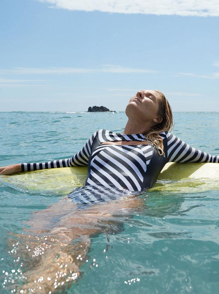 Roxy — Pop Surf 2019 — jednodílné plavky s dlouhými rukávy — bílo-černé, pruhované — swimsuit