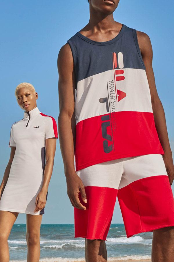 Fila — modro-bílo-červené pánské tílko, šortky — dámské bílé sportovní šaty se stojáčkem — jaro/léto 2019 — Heritage lookbook