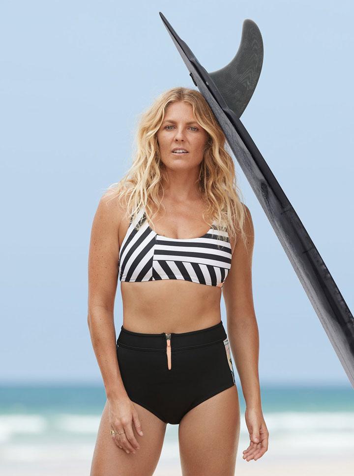 Roxy — Pop Surf 2019 — dámské dvoudílné plavky — černé neoprenové kalhotky s vysokým pasem — bikiny top — černo-bílá pruhovaná plavková podprsenka (bra)
