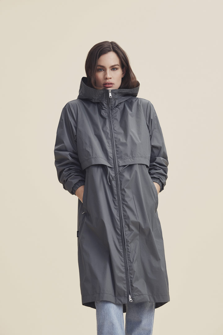 Makia — šedá parka pod kolena s kapucí — dámská jarní bunda — jaro/léto 2019