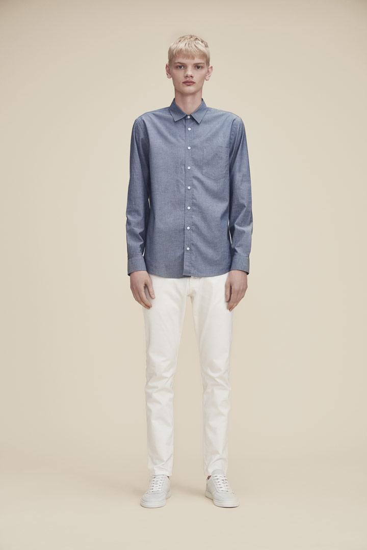 Makia — šedo-modrá košile s dlouhými rukávy — bílé kalhoty — jaro/léto 2019