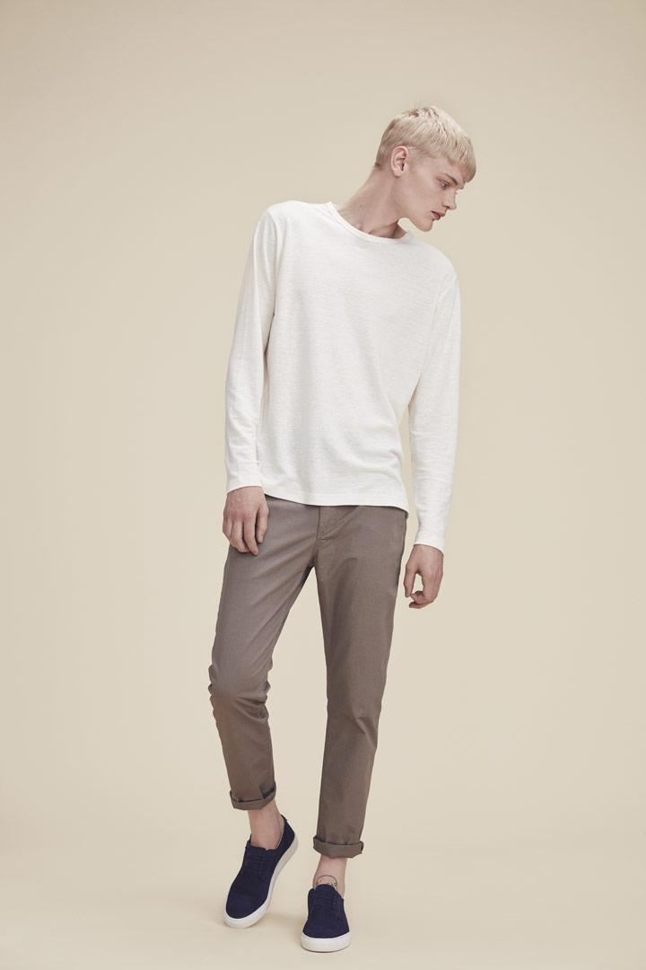 Makia — smetanově bílé tričko s dlouhými rukávy — hnědé slim kalhoty — jaro/léto 2019
