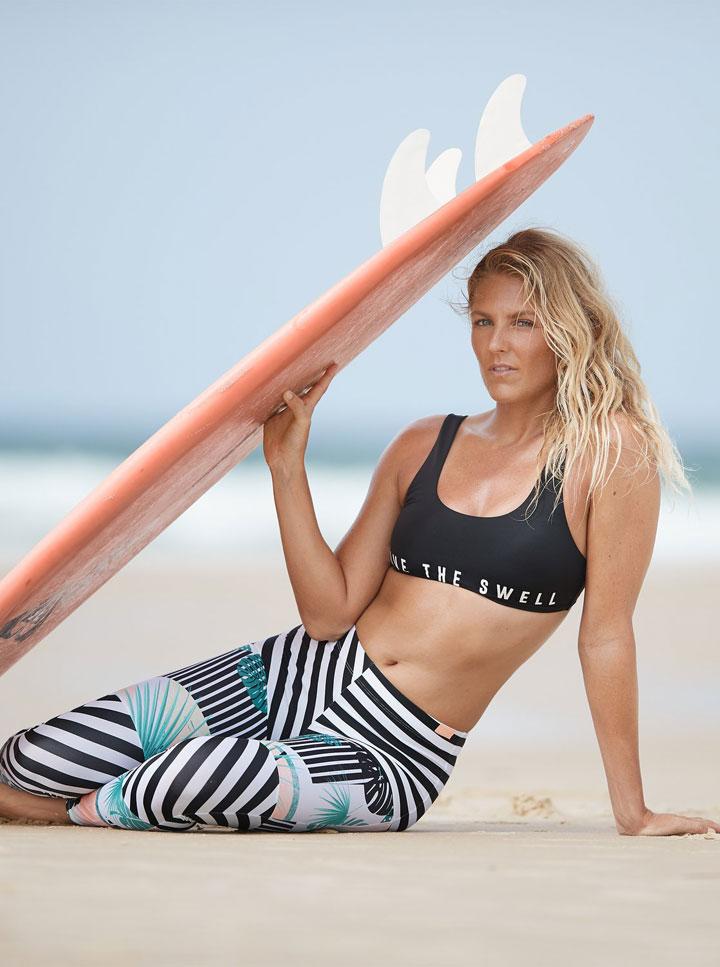 Roxy — Pop Surf 2019 — barevné proužkované koupací legíny — swim leggins — černá koupací podprsenka