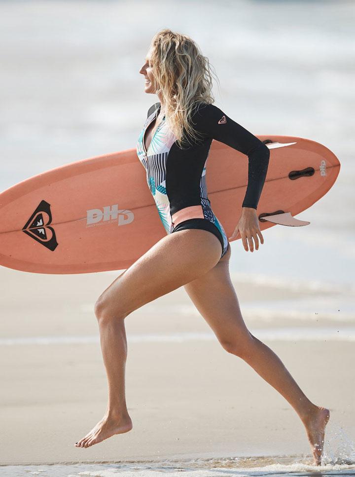 Roxy — Pop Surf 2019 — dámská neoprenová surfařská kombinéza s dlouhými rukávy — černá s barevným rostlinným vzorem — black wetsuit — jednodílné plavky — swimsuit