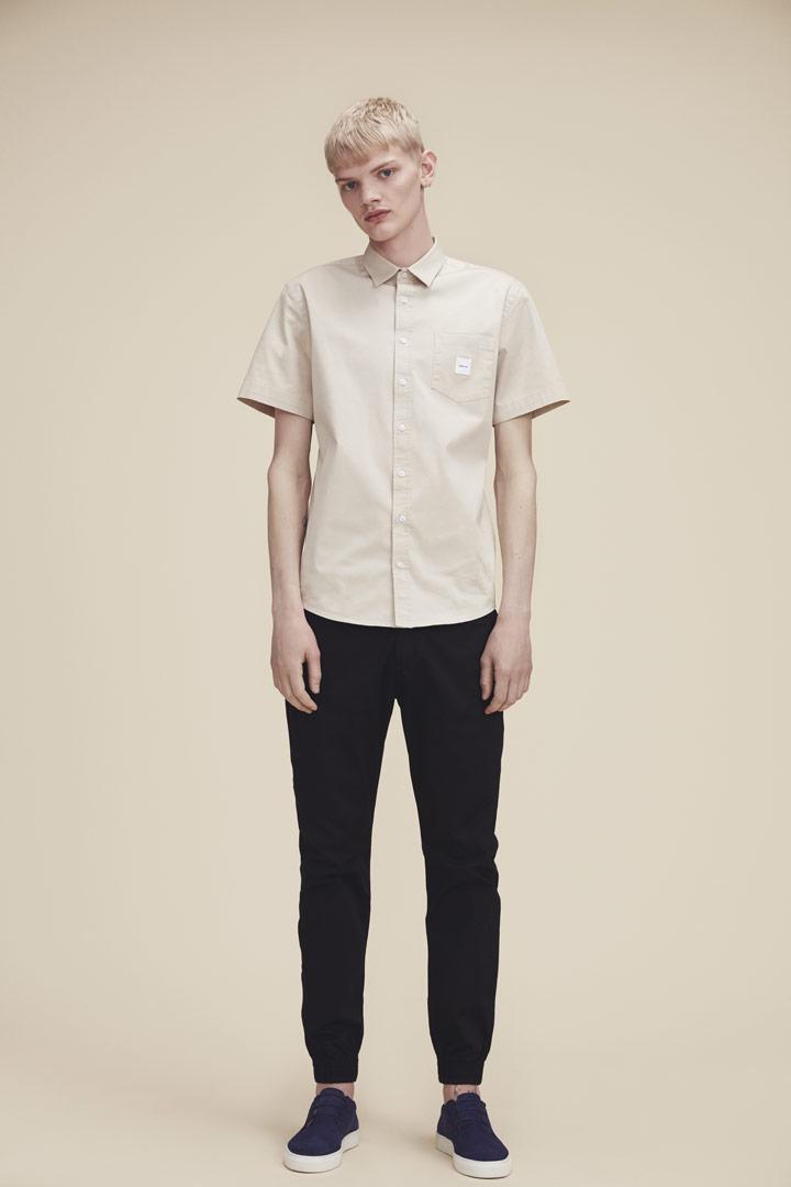 Makia — světle béžová košile s krátkými rukávy — pánská — jaro/léto 2019