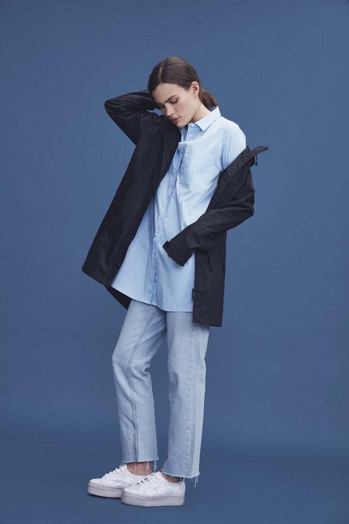 Makia — černá jarní parka s kapucí — dlouhá modrá košile — dámská — jaro/léto 2019