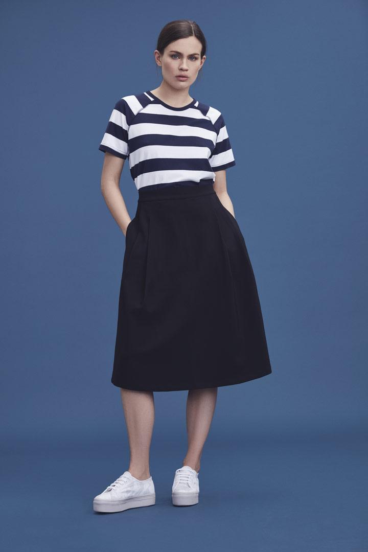 Makia — černá sukně pod kolena — modro-bílé pruhované tričko — jaro/léto 2019