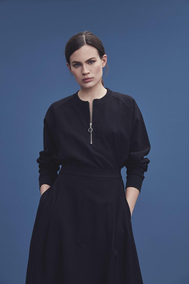 Makia — černá sukně pod kolena — černá mikina se zipem u krku — jaro/léto 2019