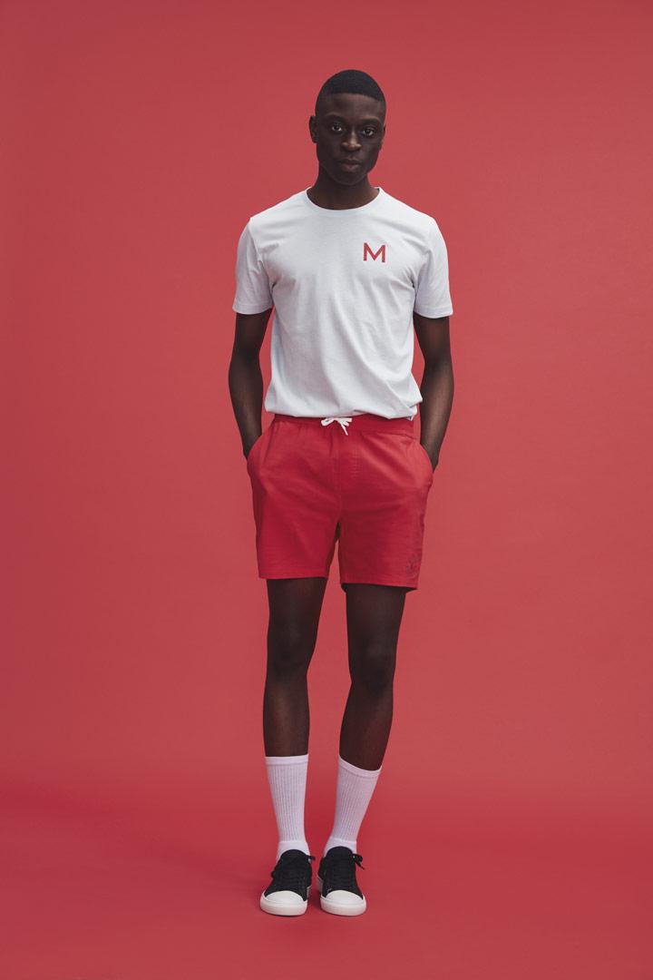 Makia — pánské červené šortky — bílé tričko — jaro/léto 2019