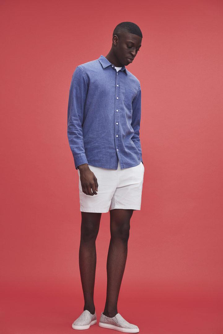 Makia — pánská džínová košile s dlouhými rukávy — bílé kraťasy — jaro/léto 2019