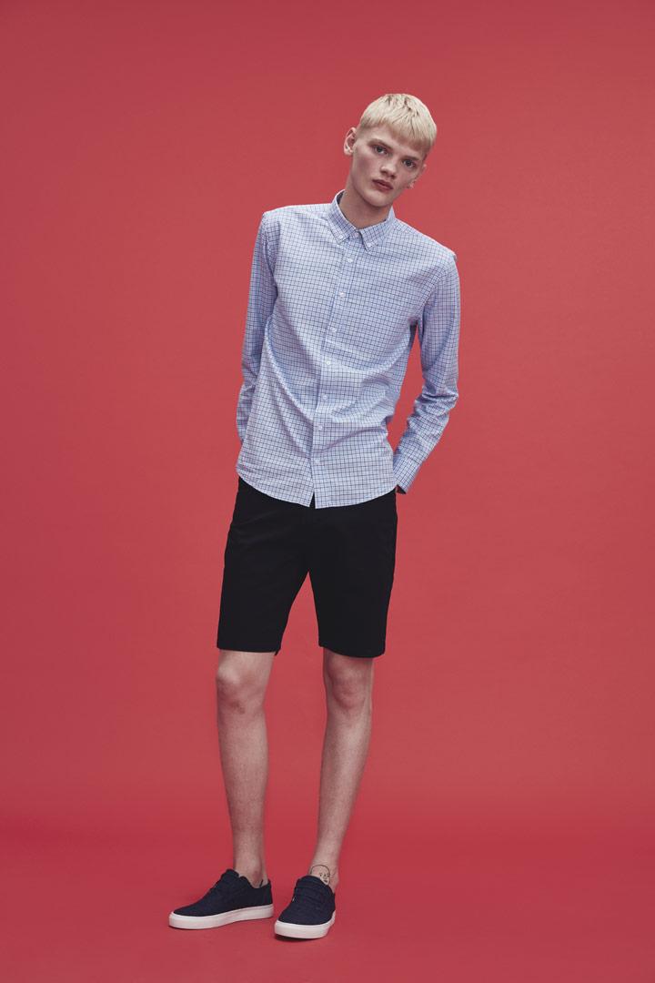 Makia — pánská kostkovaná modrá košile s dlouhými rukávy — černé kraťasy — jaro/léto 2019