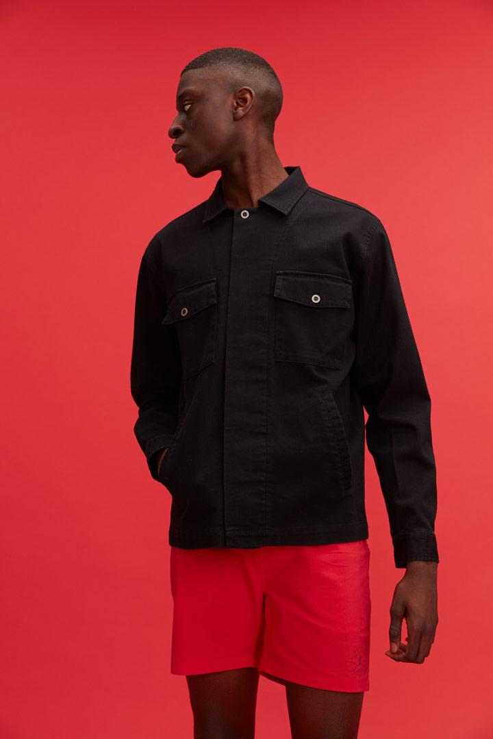 Makia — černá pánská jarní bunda s límcem — červené šortky — jaro/léto 2019