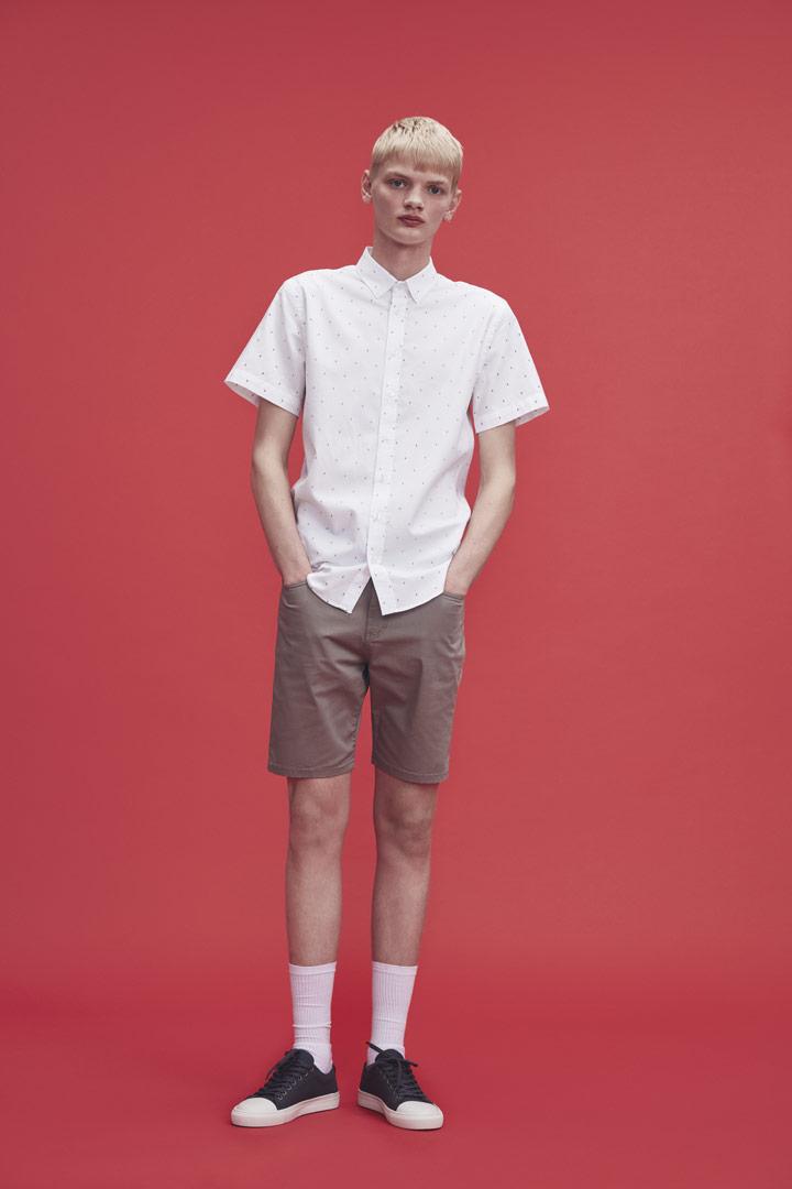 Makia — zdobená bílá pánská košile s krátkými rukávy — světle hnědé šortky — jaro/léto 2019