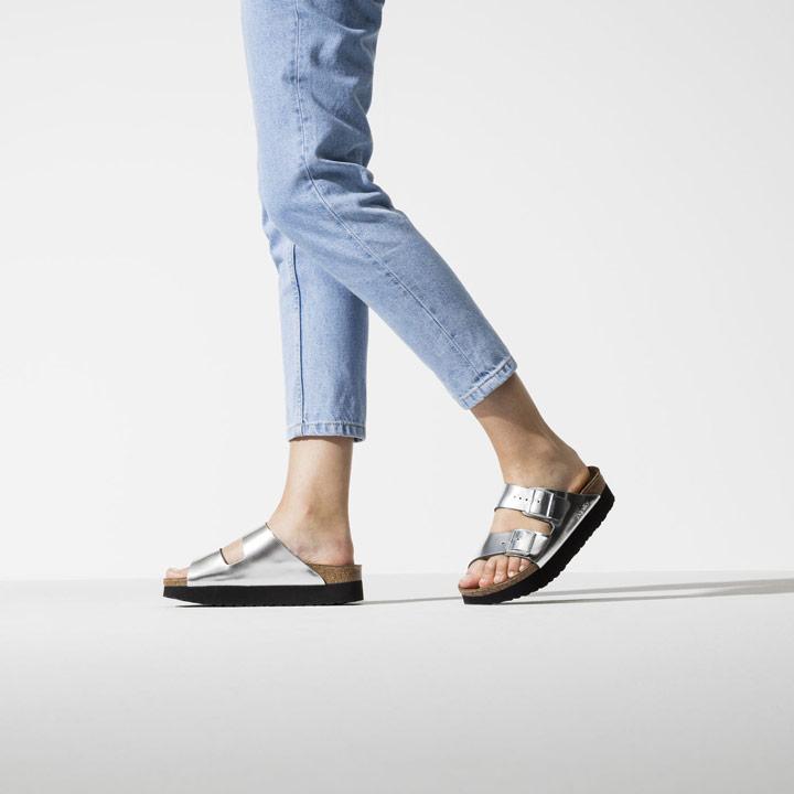 Birkenstock — dámské pantofle na platformě — Arizona Platform — letní korkové nazouváky — stříbrné, metalické