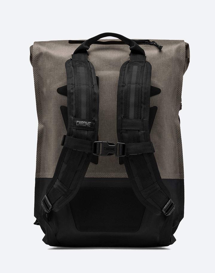 Chrome Industries — městský cyklistický batoh — Urban Ex Rolltop 28 l — urban cyclist backpack — hnědý, khaki — zadní pohled