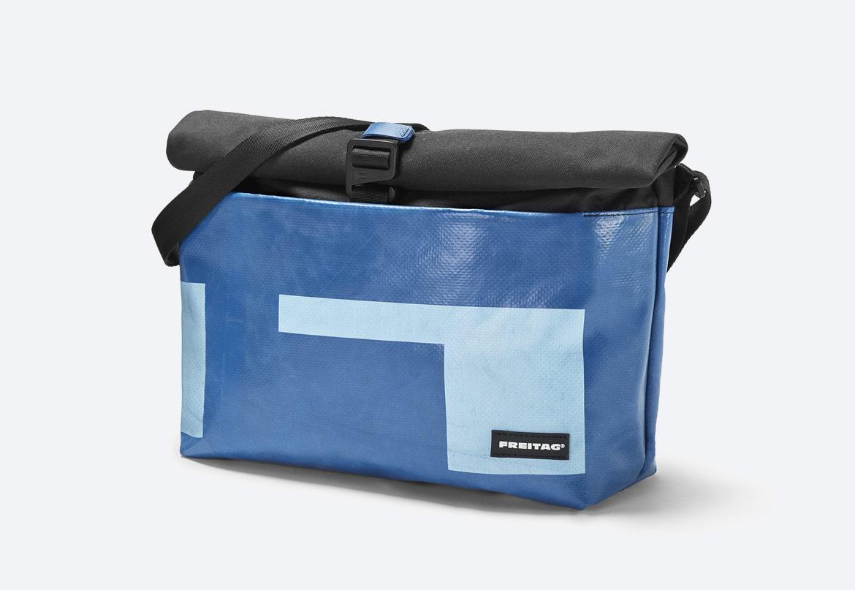 Freitag F640 ROLLIN — modrý batoh přes rameno — recyklovaný z plachty a PET lahví — roll-top messenger bag — taška — sustainable