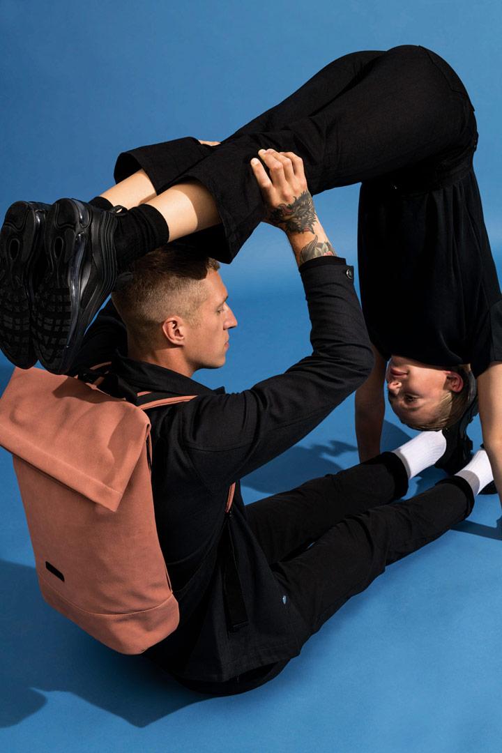 Ucon Acrobatics — fold-top batoh z umělého semiše — hnědý, lososový — Carlo Backpack — vegan, sustainable