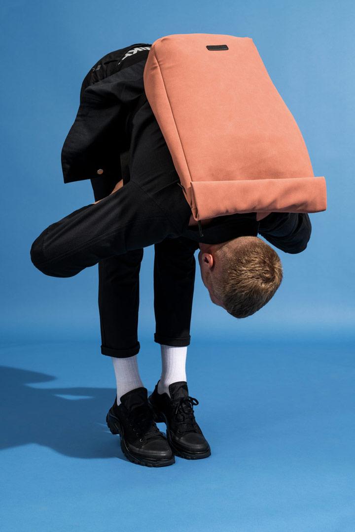 Ucon Acrobatics — batoh z umělého semiše, fold-top — hnědý, lososový — Carlo Backpack — vegan, sustainable