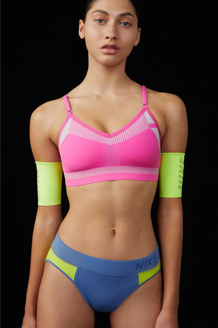 Nike Flyknit Indy Bra — sportovní podprsenka — tkaná se střední podporou