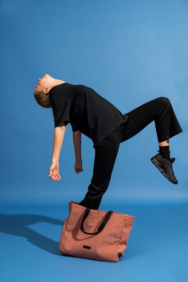 Ucon Acrobatics — taška do ruky z umělého semiše — hnědá, lososová — Kim Bag — vegan, sustainable