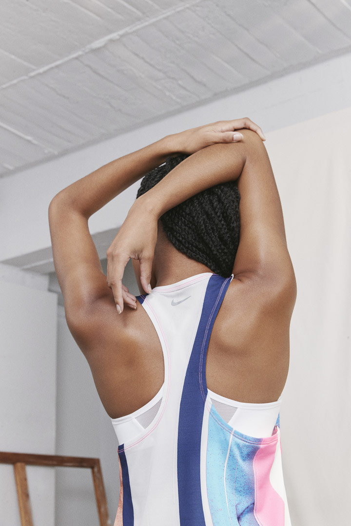 Nike Running Women — dámské běžecké tílko — bílé se barevným vzorem