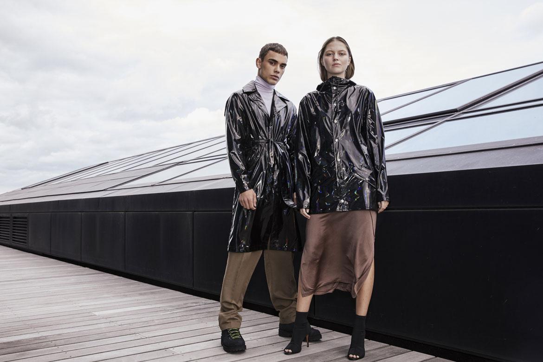 Rains — pršipláště — černé s duhovým odleskem — pláštěnky — kolekce Holographic