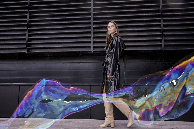 Rains — dámský pršiplášť — černý s duhovým odleskem — pláštěnka s kapucí — kolekce Holographic