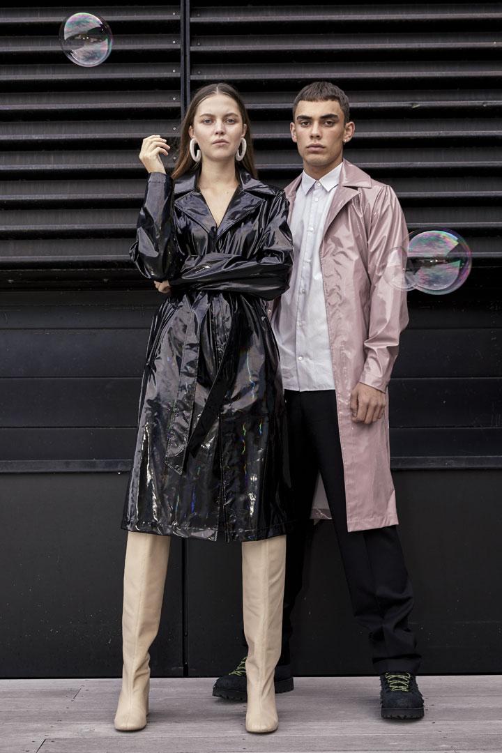 Rains — pršipláště — černé s duhovým odleskem — pláštěnky s kapucí — nepromokavé trenčkoty — kolekce Holographic
