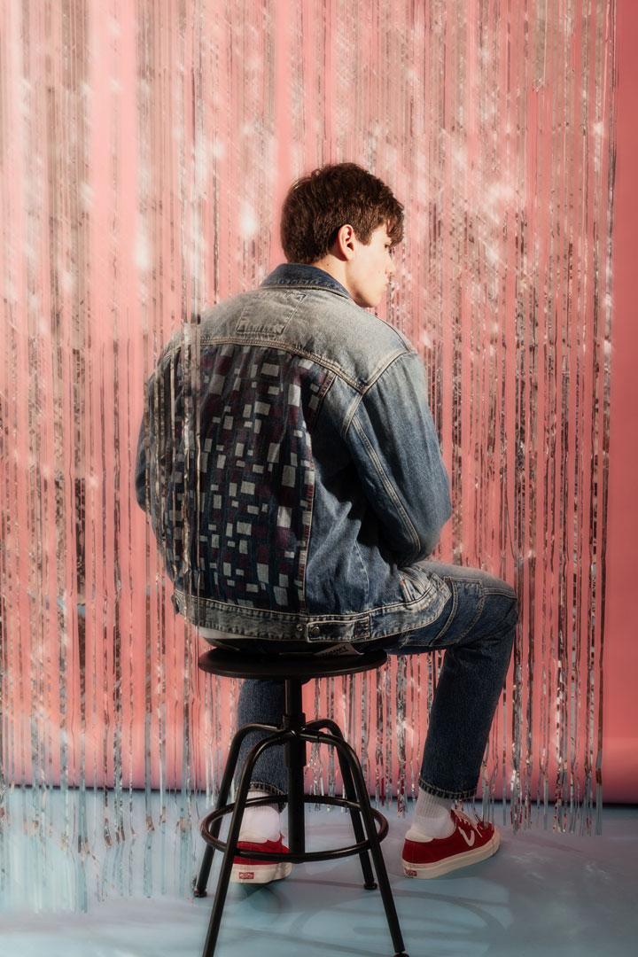 Tommy Jeans x Queens — lookbook — modrá džínová bunda — pánská