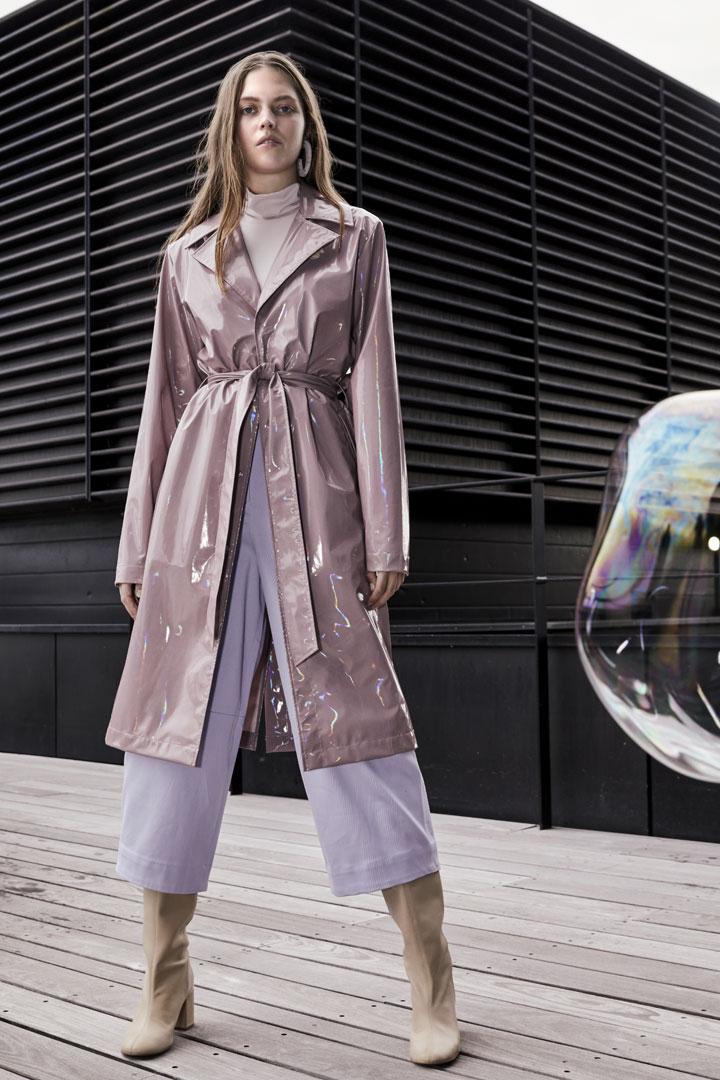 Rains — dámský nepromokavý trenčkot (trench coat) — růžový s duhovým odleskem — pršiplášť — kolekce Holographic
