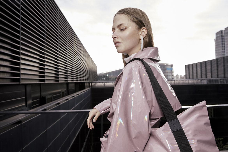 Rains — dámský nepromokavý trenčkot (trench coat) — růžový s duhovým odleskem — pršiplášť — růžová nepromokavá taška — kolekce Holographic