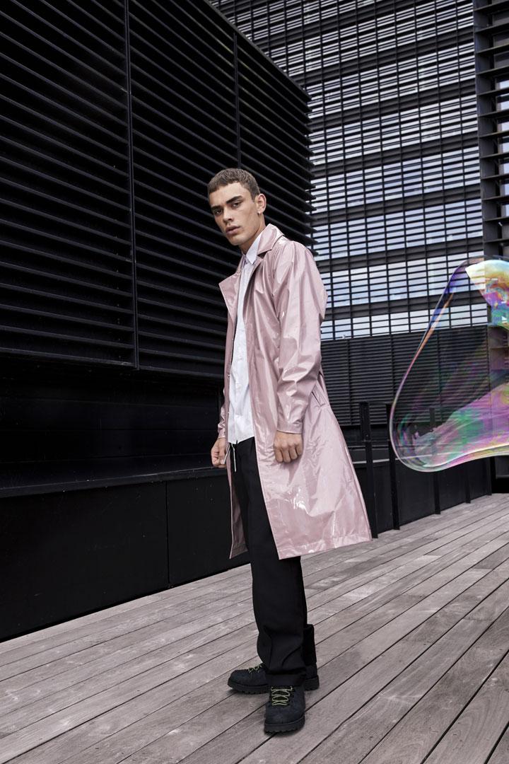 Rains — pánský nepromokavý trenčkot (trench coat) — růžový s duhovým odleskem — pršiplášť — kolekce Holographic