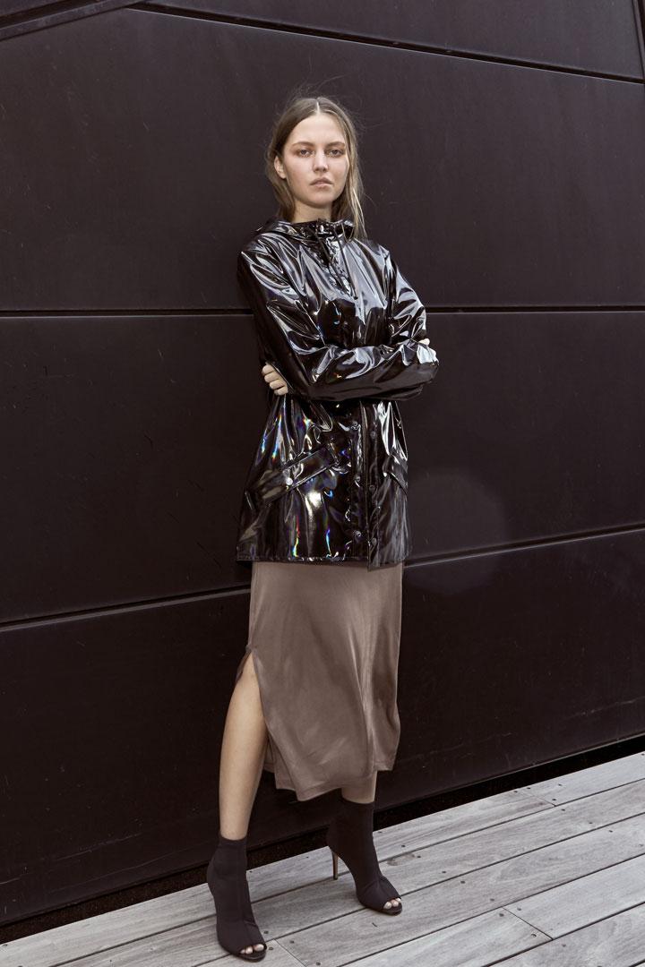 Rains — dámská nepromokavá bunda s kapucí — černá — pršiplášť s duhovým odleskem — kolekce Holographic
