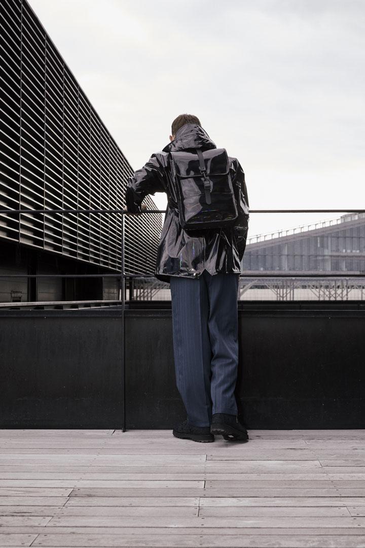 Rains — nepromokavý batoh — černý s duhovým odleskem — kolekce Holographic