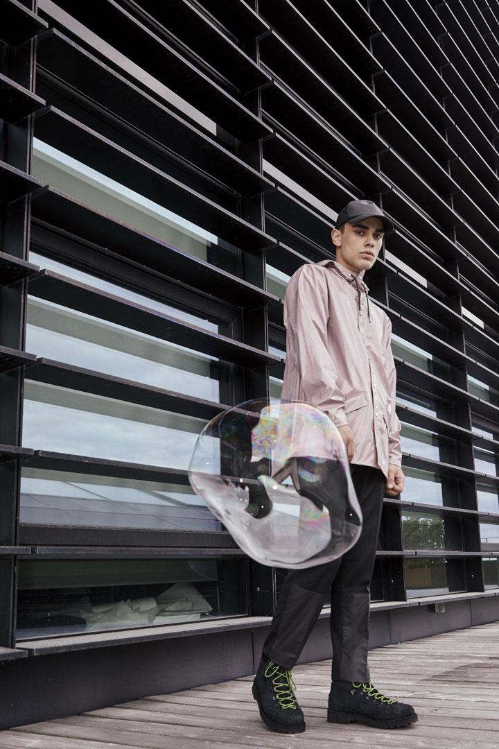 Rains — pánská nepromokavá bunda s kapucí — růžová — pršiplášť s duhovým odleskem — kolekce Holographic