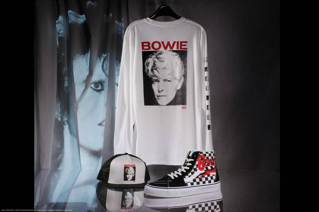 Vans x David Bowie — bílé tričko s potiskem — kotníkové boty Vans x DB Sk8-Hi — kšiltovka