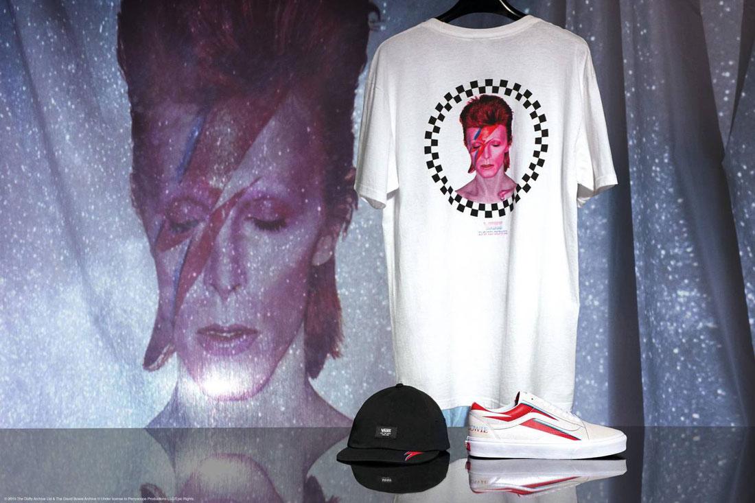Vans x David Bowie — bílé tričko s potiskem — boty Vans x DB Old Skool — černá kšiltovka