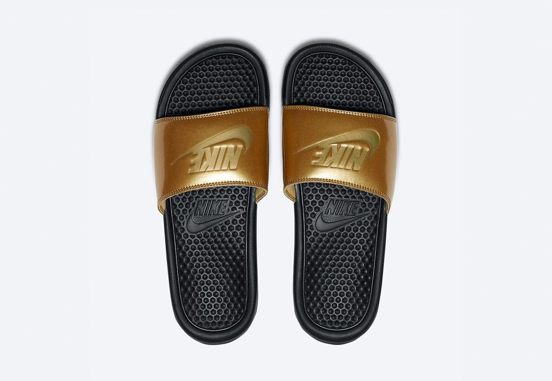 Nike Benassi JDI Metallic Gold — dámské pantofle — zlaté — metalické