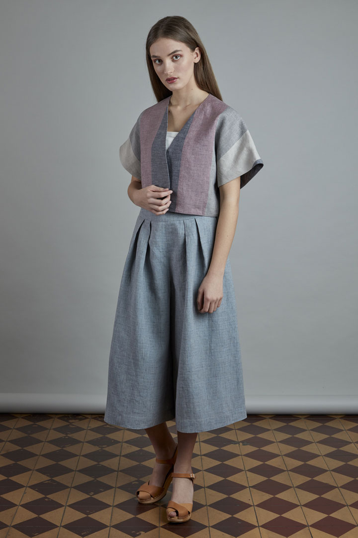 SISTERSCONSPIRACY — světle modrá kalhotová lněná sukně — pruhovaný lněný letní kabátek — kolekce LEN