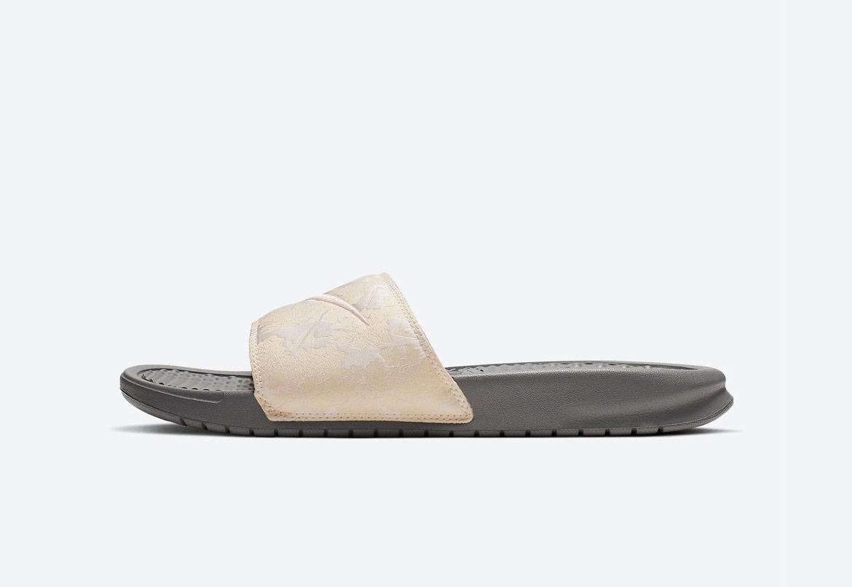 Nike Benassi JDI TXT SE — maskáčové pantofle — dámské — béžové — nazouváky