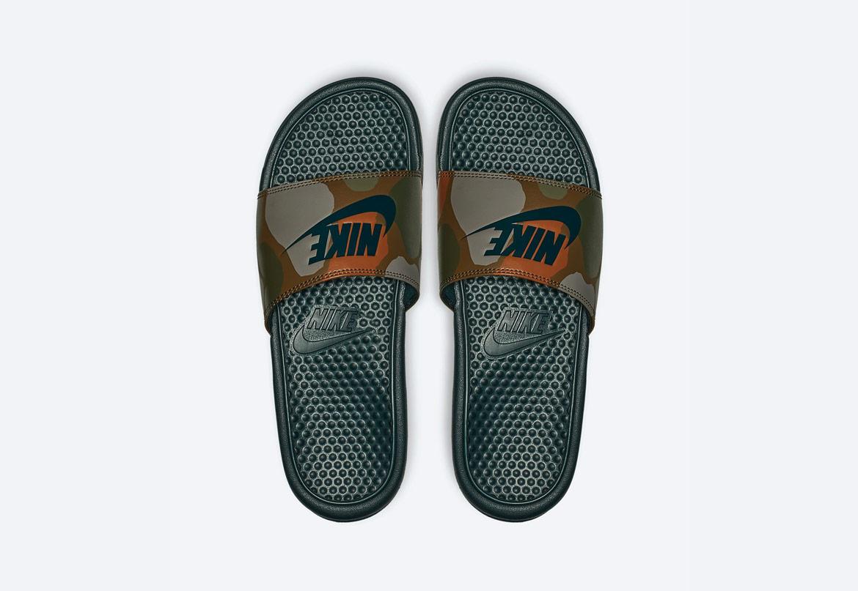 Nike Benassi JDI Printed — maskáčové pantofle — dámské — tmavě zelené — nazouváky
