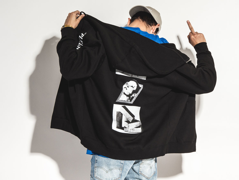 Pleasures x Queens — lookbook — černá mikina na zip s potiskem na zádech a kapucí