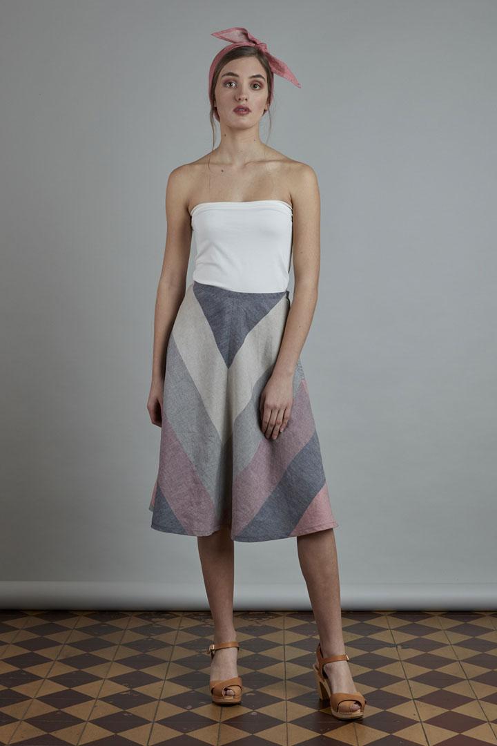 SISTERSCONSPIRACY — letní lněná sukně pod kolena s barevnými šikmými pruhy — kolekce LEN