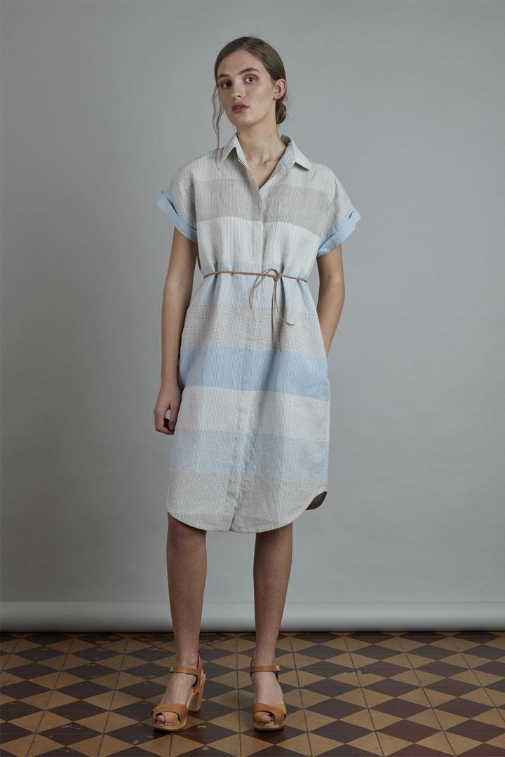 SISTERSCONSPIRACY — letní lněné šaty s horizontálními pruhy, límečkem a kapsičkou — šedé, světle modré — kolekce LEN