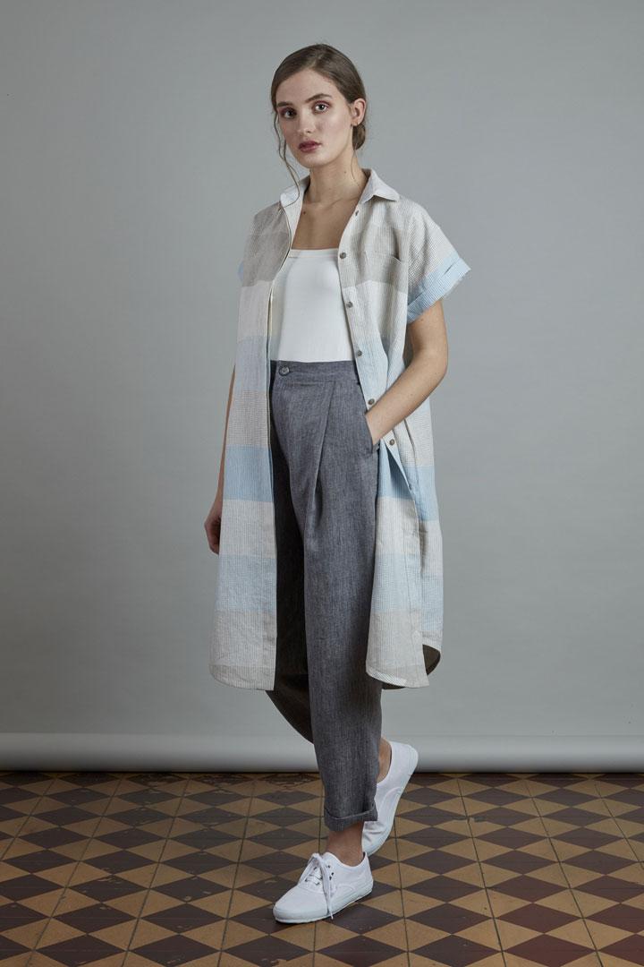 SISTERSCONSPIRACY — dámské tmavě šedé lněné kalhoty — letní lněné šaty s horizontálními pruhy a límečkem — kolekce LEN