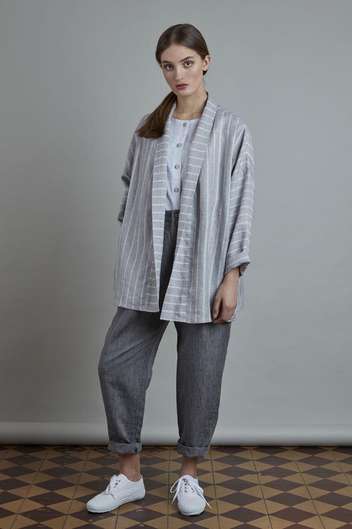 SISTERSCONSPIRACY — dámský šedý lněný kabátek s pruhy — dámské tmavě šedé lněné kalhoty — kolekce LEN