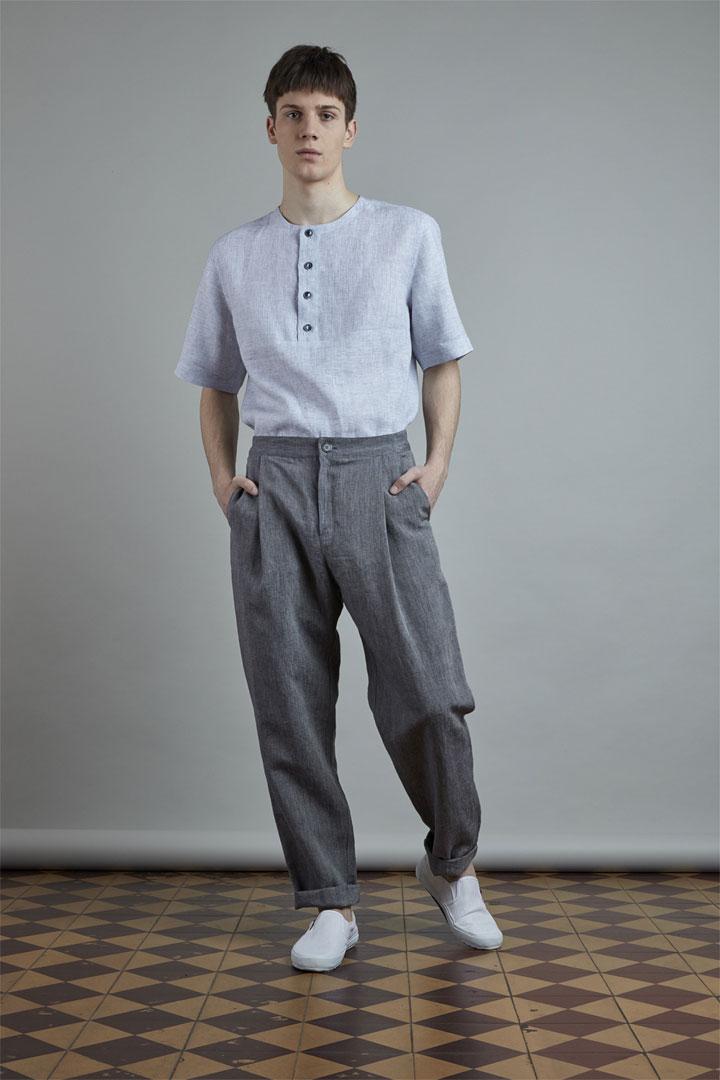 SISTERSCONSPIRACY — světle modrá lněná košile s krátkými rukávy a knoflíky na hrudi — pánské tmavě šedé lněné kalhoty — kolekce LEN